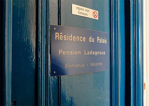 パリのホテルのドア
