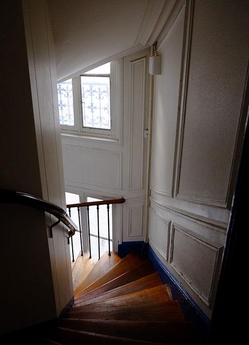 パリのホテルの階段