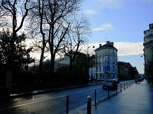 パリのホテルとリュクサンブール公園の間、アサス通りの朝
