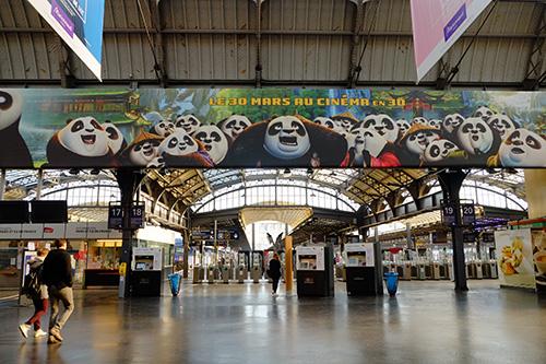 パリ東駅コンコースの改札口