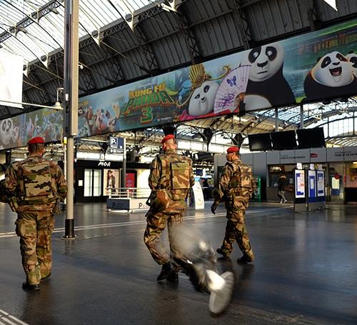 パリ東駅コンコースの兵士