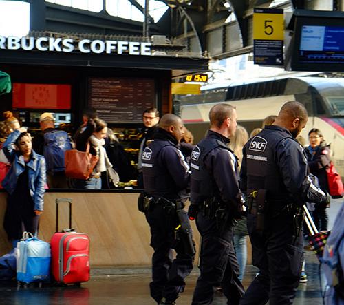 パリ東駅コンコースの鉄道公安官