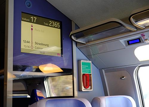 TGV車両内端の案内モニター