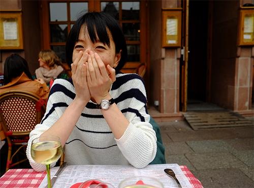 ストラスブールの広場のカフェで感動する嫁さん
