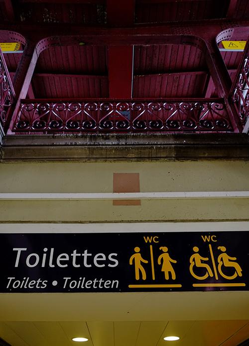 ストラスブール駅構内トイレ表示