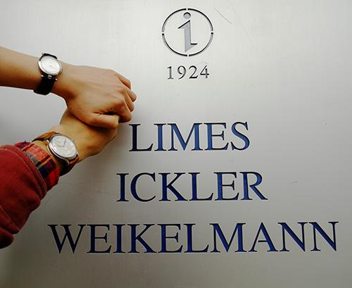 Iickler社の看板の前で二人のLIMESと記念撮影