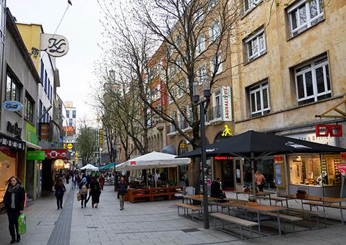 シュトゥットガルトのホテルの前の歩行者用路