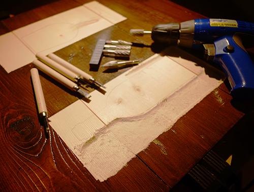 クッタリーナ看板/ドリルで削り始める