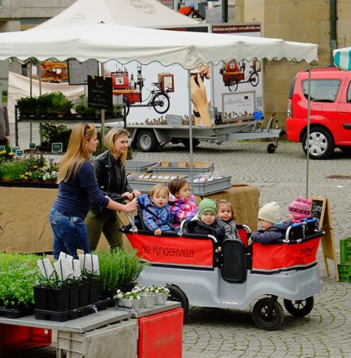 シュトゥットガルト/青空市場で保育園の先生と子供達