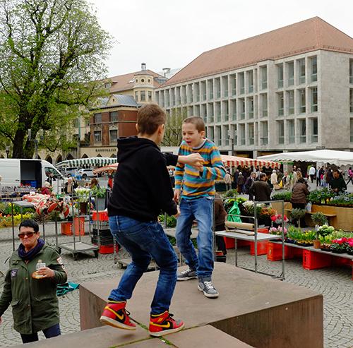 シュトゥットガルト/青空市場で遊ぶ男の子1