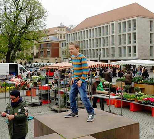 シュトゥットガルト/青空市場で遊ぶ男の子2