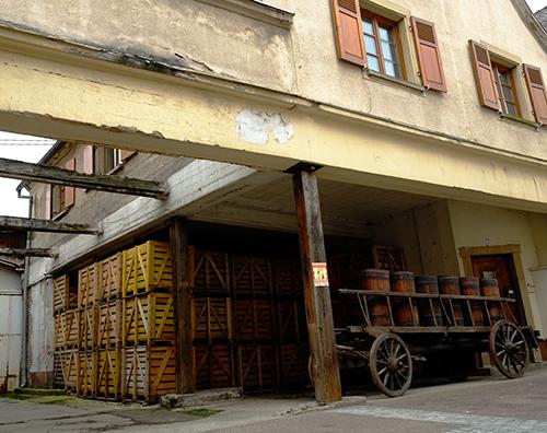 リヴォビレ/ワイン樽を乗せる古い台車