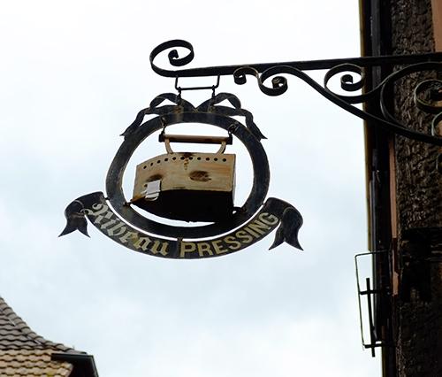 リヴォビレ/メインストリート/アイロンの看板