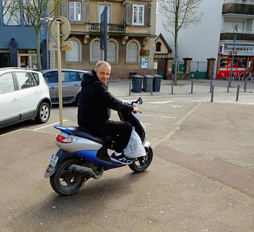 コルマール駅前のスクーターおじさん