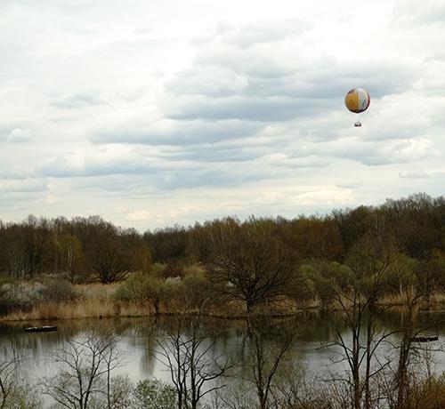 エコミュゼ/塔の中の上から望む気球のある風景