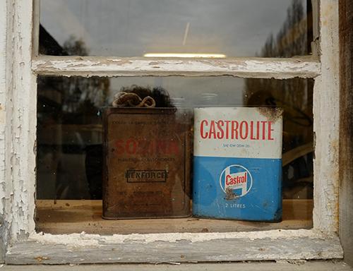 エコミュゼ/納屋の窓際のオイル缶