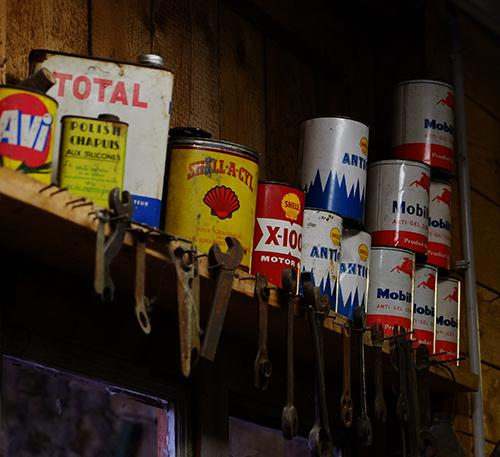 エコミュゼ/納屋の壁際のオイル缶
