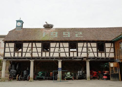 エコミュゼ/トラクターの並ぶ納屋