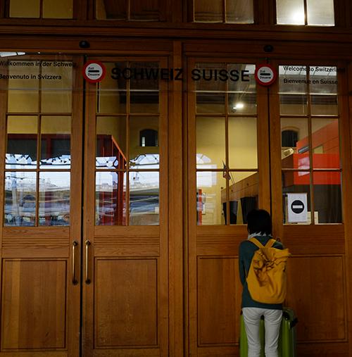 バーゼル駅/ホームエンドの税関ドア2