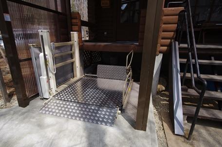 車椅子用電動リフト設置後.JPG