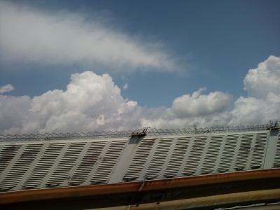 清水へ向かう車窓から綿菓子雲
