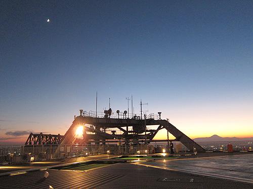 スカイデッキ 富士山と月