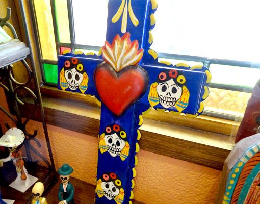 メキシコのガイコツブリキの十字架