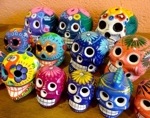 カラフルなメキシカンスカルの置物