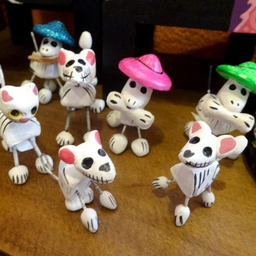 メキシコのガイコツ人形猫や犬モチーフなど