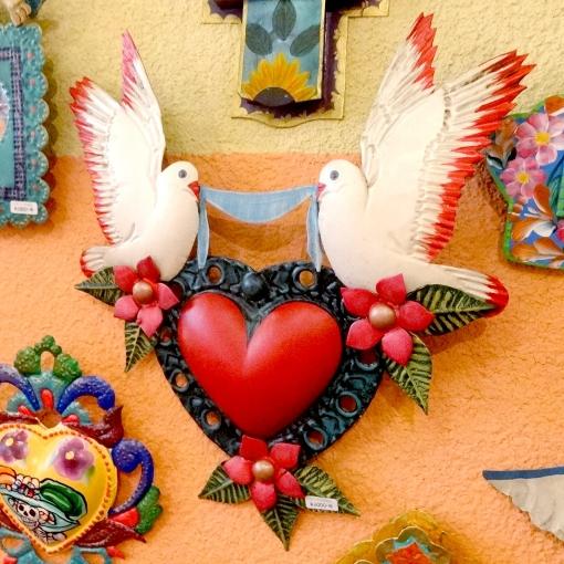 メキシコのブリキの鳥とハートの壁飾り