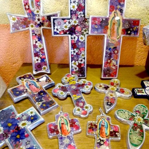 メキシコの生花の十字架壁飾り