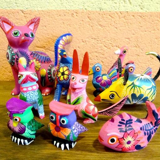 メキシコのウッドカービング「アレブリヘス」の置物
