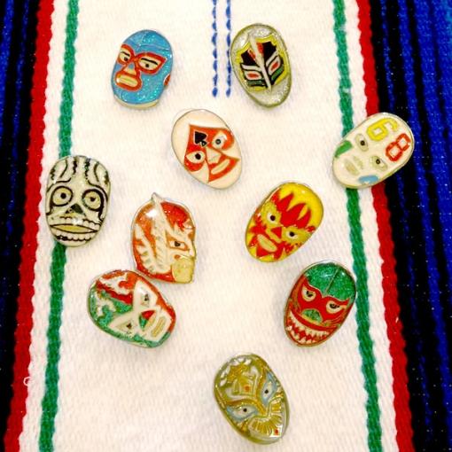 メキシコプロレス「ルチャリブレ」のキーホルダーとピンバッチ