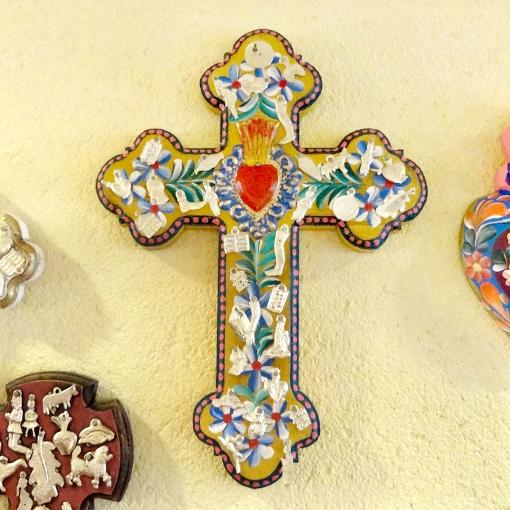 メキシコのフラワーペイントの十字架