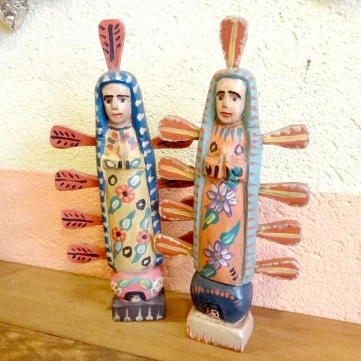 グアテマラの木彫りのグアダルーペのマリア様