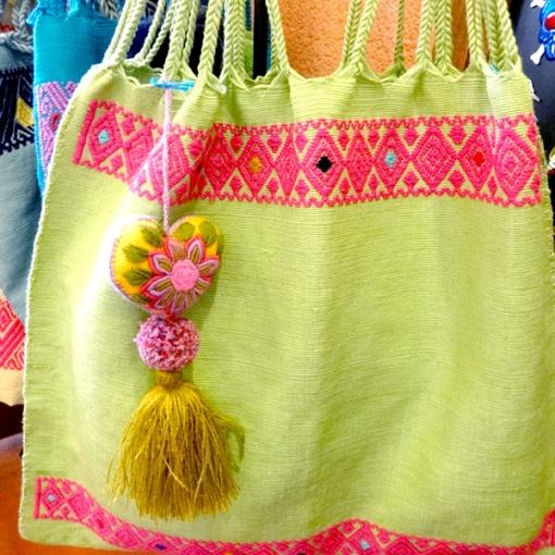 メキシコのハンモックバックとハートの刺繍チャーム