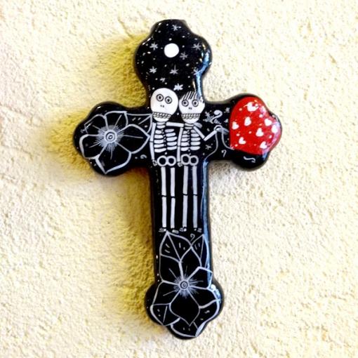 メキシコのガイコツの陶器十字架