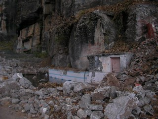 岩に潰された集落
