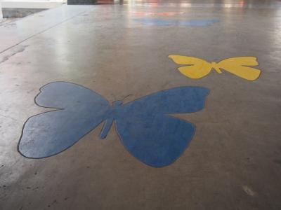 空港の通路面には、色とりどりの蝶が