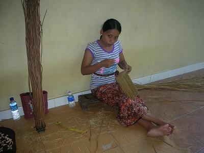 アシタバを編んでるお姉さん。
