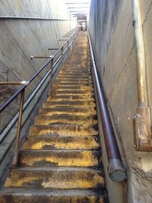 急勾配の階段