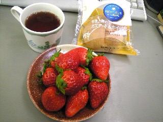 紅茶にシュークリームに苺