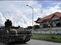 主犯のアンパトゥアンの家の前に駐留する装甲車