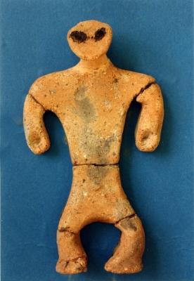 秋田塚の下遺跡の捨て場から発掘された土偶1_~1.JPG