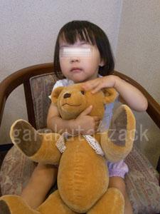ベビーベアを抱っこしている女の子の画像
