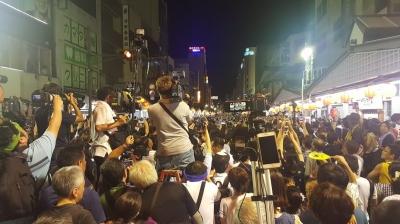 阿波踊り、総踊り前の報道陣
