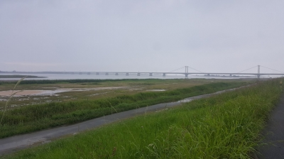雨の日の吉野川堤防