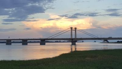 吉野川堤防から、しらさぎ大橋を見る