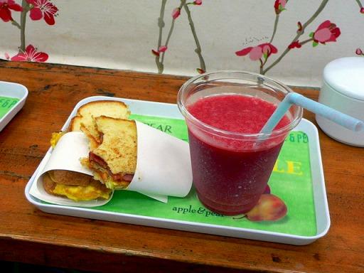スペシャルトーストと生イチゴジュース