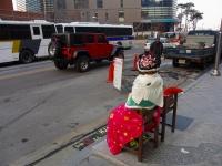 ソウル・日本大使館前の日本軍慰安婦被害者を象徴した少女の像「平和碑」